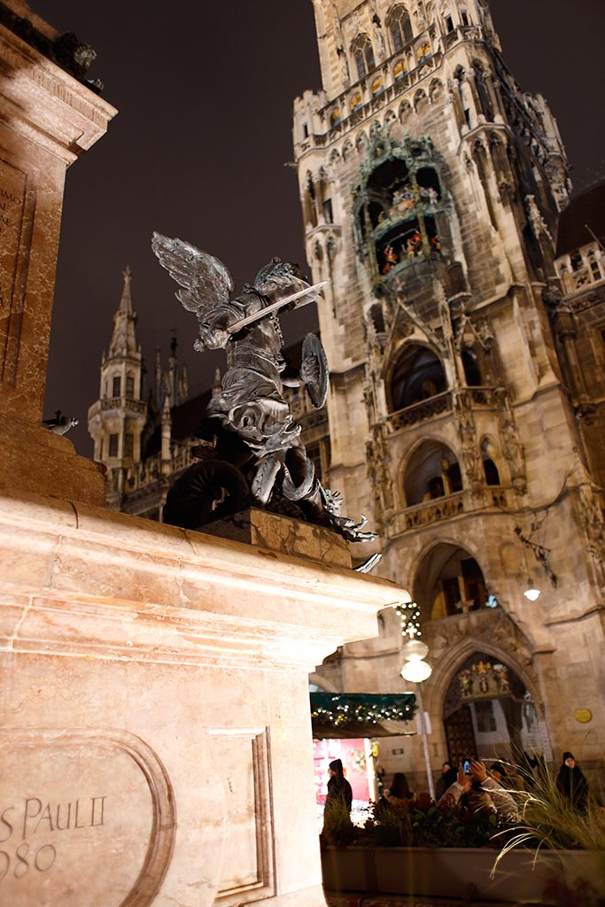 IMAGE: http://www.ware.myzen.co.uk/GalleryPics/Photos/General/travel%20Munich%20town%20sq%20C%206D_007_07-12-16.jpg
