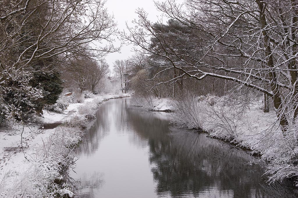 IMAGE: http://www.ware.myzen.co.uk/GalleryPics/Photos/Landscape/Lanscape%20Canal%20in%20the%20Snow%20005%20060408.jpg